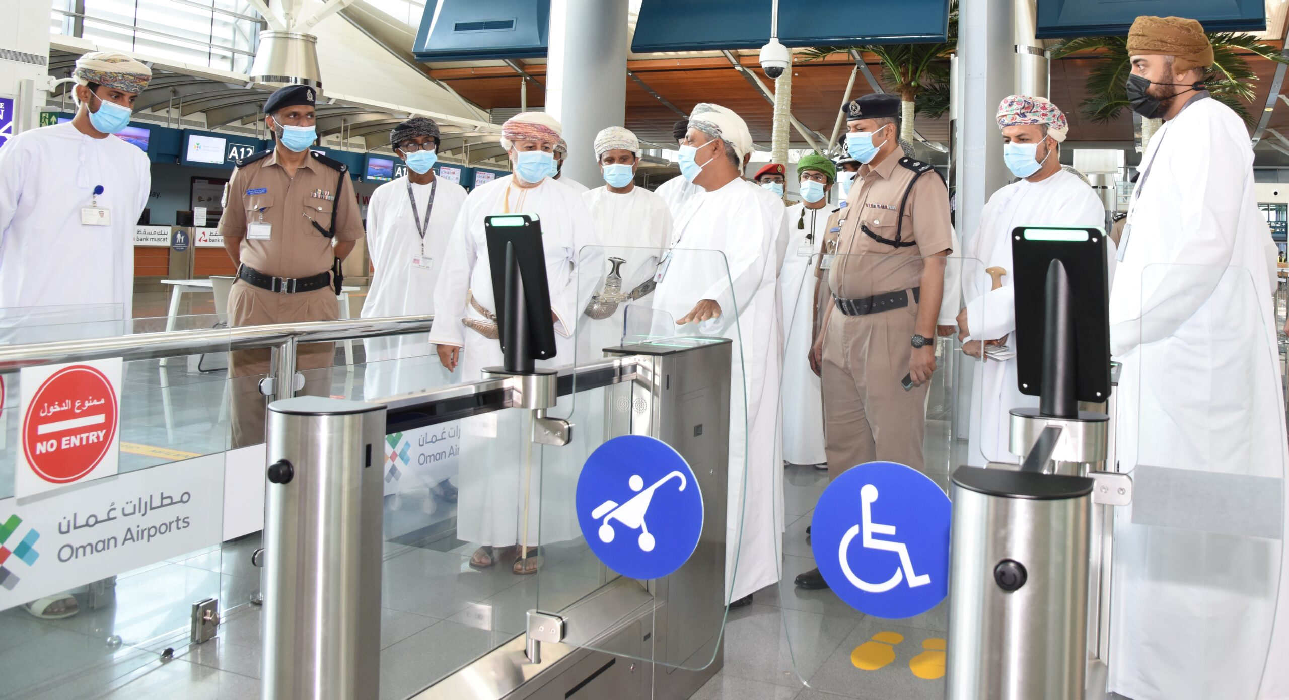 Photo of وزير الدولة ومحافظ ظفار يطّلع على الإجراءات الوقائية بمطار صلالة..