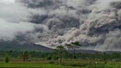 """صورة ثوران بركان """"الجبل العظيم"""" بجزيرة جاوة الإندونيسية.."""