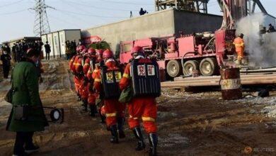 صورة إنقاذ عامل منجم ذهب في الصين ظل محاصرا تحت الأرض 14 يوما في أعقاب انفجار..